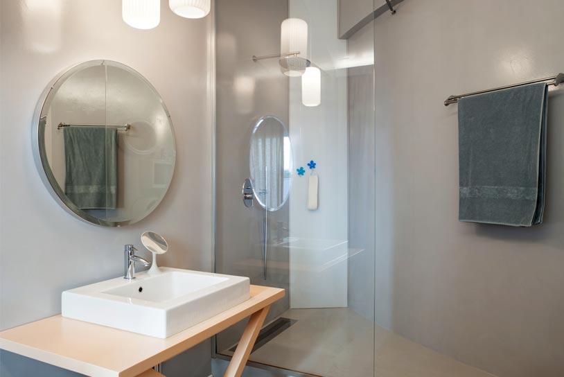 latest douche luitalienne pour les petits espaces with douche petits espaces. Black Bedroom Furniture Sets. Home Design Ideas